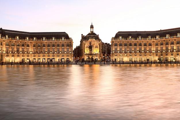 Знаменитая площадь биржи и зеркальный фонтан в бордо, франция, жиронда
