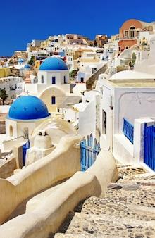 Культовый санторини - самый красивый остров в европе. вид с традиционных церквей в деревне ия. греция