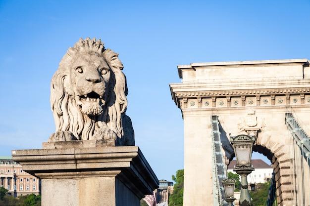 ブダペストの象徴的なシンボル-有名な鎖橋の始まりにあるライオンの像