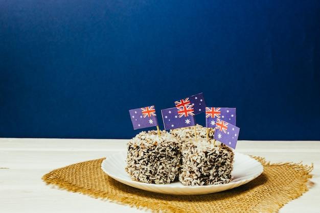 Знаменитые традиционные австралийские торты lamington на красно-бело-синем фоне