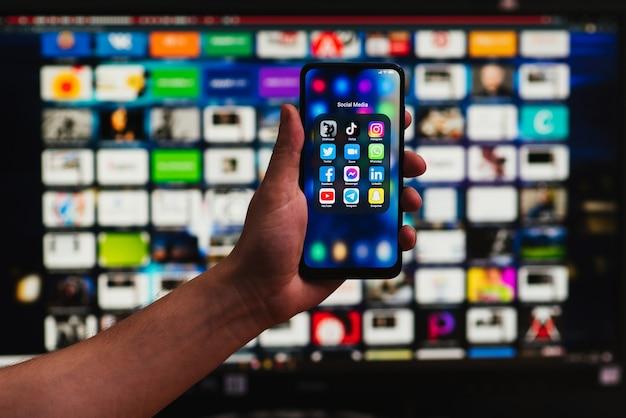 Иконки популярных приложений для социальных сетей на экране смартфона