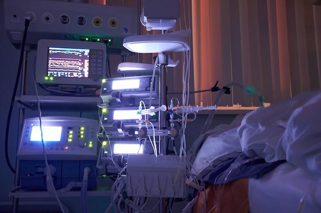 Светящиеся мониторы в отделении интенсивной терапии. девятое смещение у icu, пациент в критическом состоянии.