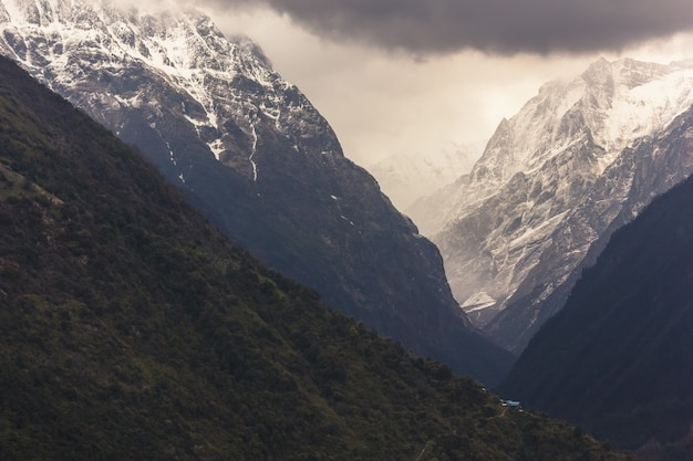 네팔 히말라야에 눈이 덮여 얼음 안나 푸르나 산맥