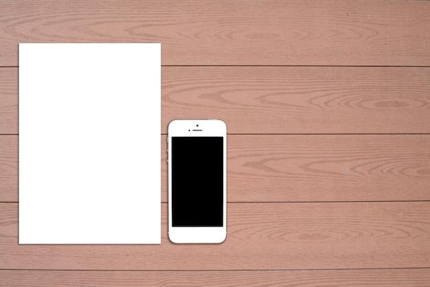 空の文房具セットの断片。軽い木製の背景にidテンプレート。デザインプレゼンテーションとポートフォリオ用。