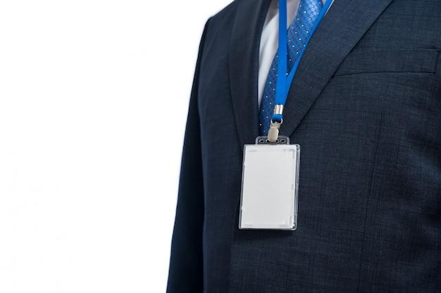 展示会や会議でストラップに空白のidタグまたは名前カードを身に着けているスーツのビジネスマン。