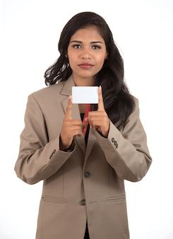 空白の名刺やidカードをホワイトスペースにかざす笑顔のビジネス女性
