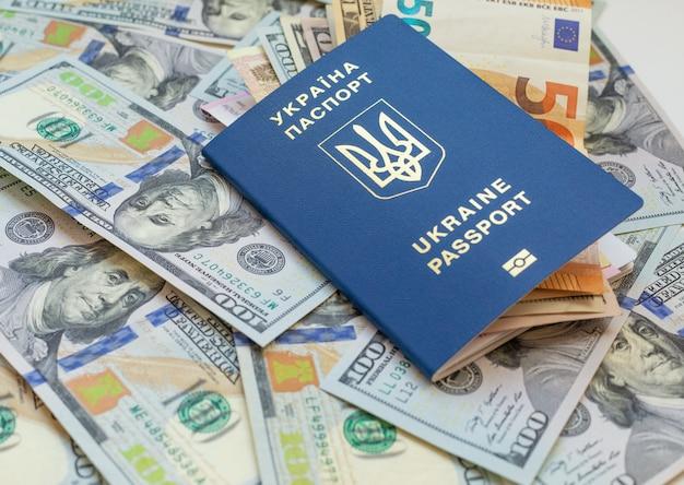 電子チップid付きの新しい生体認証ウクライナのパスポート。