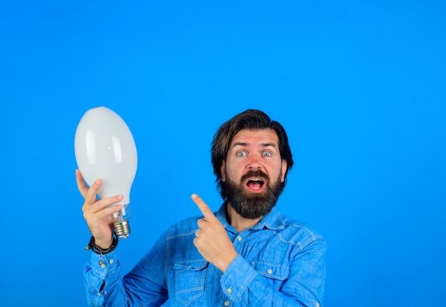 アイデアコンセプトランプを手に良いアイデアは電球で男を驚かせたアイデアの誕生は男を驚かせた