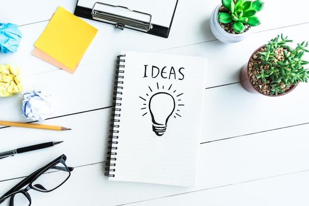 사무실 책상 테이블 용품 및 냄비 선인장 아이디어 개념