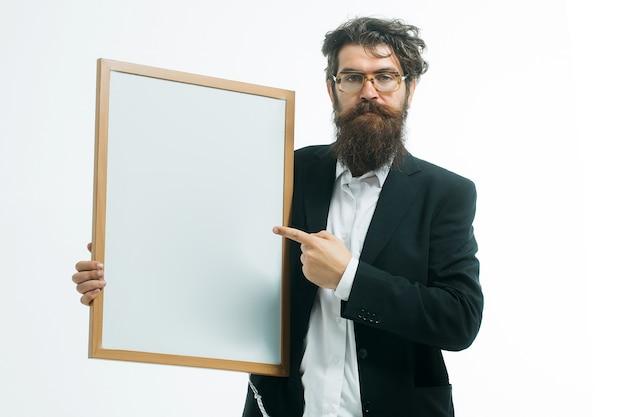 アイデアコピースペースの概念白で隔離の教師ボードを保持しているハンサムな教授