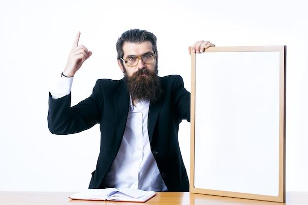 アイデアコピースペースの概念白で隔離の教師ボードを保持しているハンサムな教授科学者