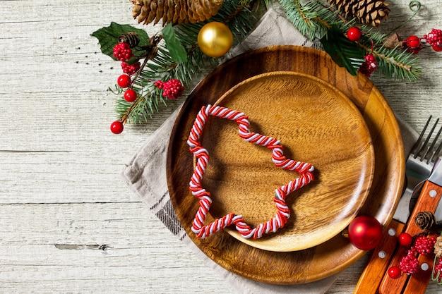 お祝いの食器の装飾のアイデアクリスマスプレートとお祝いのテーブルのカトラリー上面図
