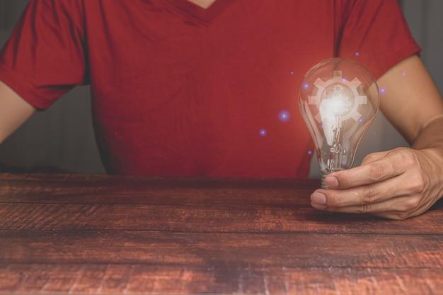 전구로 아이디어 혁신과 영감 개념 창의력