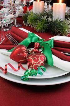 クリスマスのテーブルサービングを飾る方法のアイデア