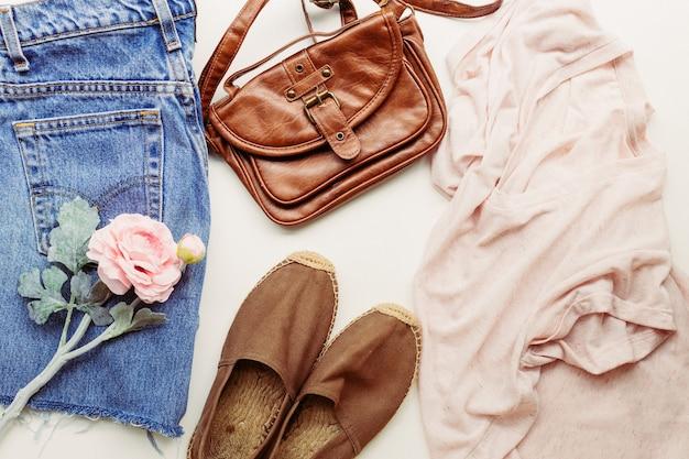 夏の装いに最適な服:シャツ、ジーンズ、バッグ、靴。上からの眺め。