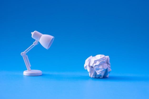 종이 구겨진 공과 램프와 아이디어와 창의성 개념.