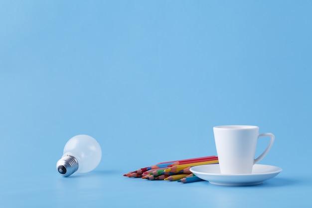 Идеи и энергия для художника, кофе, лампочки и цветные карандаши