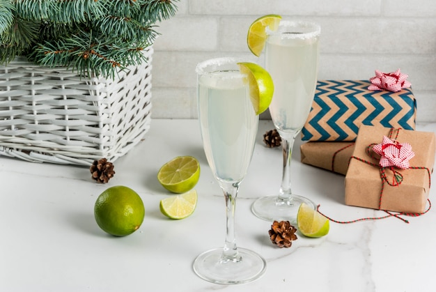 Идеи для рождественских и новогодних напитков шампанское маргарита, коктейли, украшенные лаймом и солью