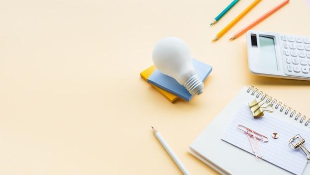 파스텔 색상의 비즈니스 액세서리로 아이디어 영감 개념