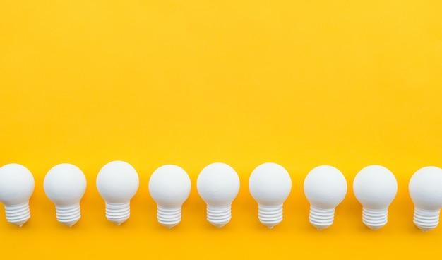 파스텔 색상 배경에 전구 그룹과 아이디어 영감 개념.