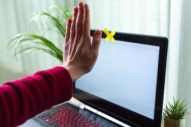 個人情報の盗難防止、詐欺のコンセプト。サイバーセキュリティ、サイバー詐欺。ハッカー攻撃、個人データおよび情報のセキュリティ。ウェブカメラによるオンライン監視。兄貴