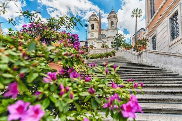 イタリア、ローマで最も有名な広場の1つであるスペイン広場のスペイン階段の頂上にある象徴的なランドマークであるトリニタデイモンティ教会の牧歌的な景色