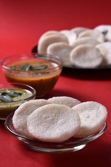 Idli、サンバルとココナッツチャツネ、インド料理:南インドのお気に入りの食べ物ラバイドゥリまたはセモリナを無造作または無造作に、サンバーとグリーンチャツネを添えて。