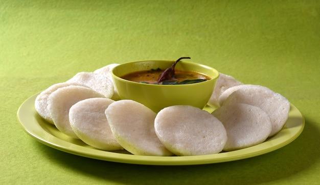 ボウルにサンバーを入れたイドゥリ、インディアンディッシュ:南インドのお気に入りの食べ物、イドゥリまたはセモリナをアイドリーまたはラバイドに、サンバーとグリーンココナッツチャトニーを添えて。