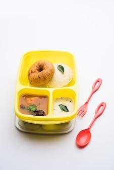 Идли или идли с меду вада самбар в ланч-боксе тиффин