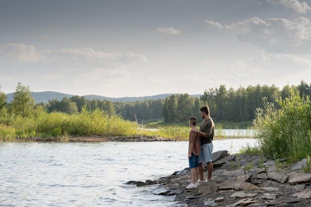 해변에서 여름 주말을 즐기는 아버지와 아들의 목가적