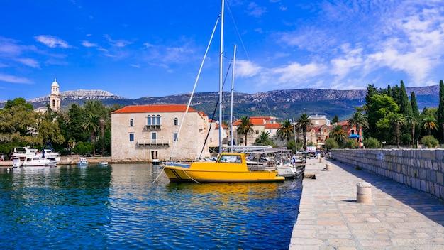 クロアチアの牧歌的な沿岸の村ダルマチアの風光明媚なカステラカステルルクシック村