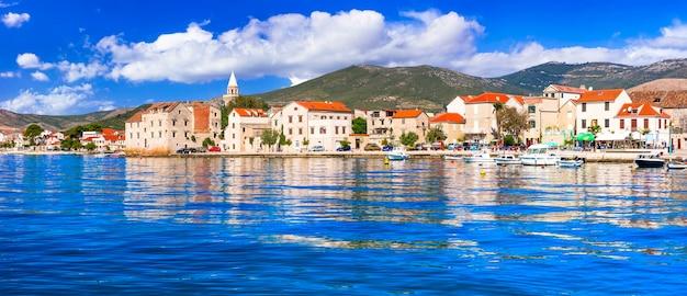 クロアチアの牧歌的な沿岸の村ダルマチアの風光明媚なカステッラ、カステルノヴィ村
