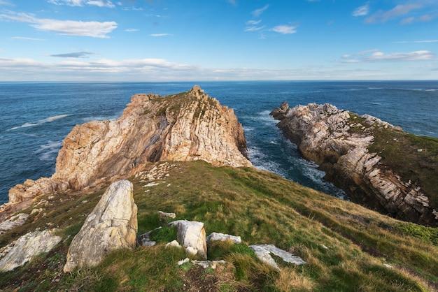 アストゥリアス、スペインの田園風景、湾と崖。