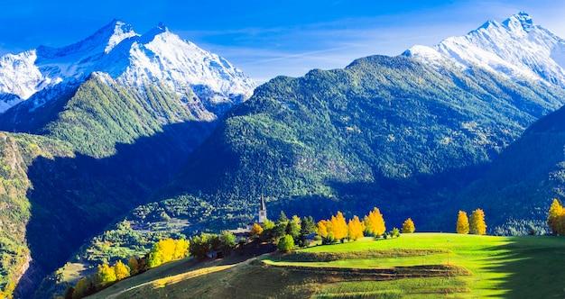 イタリア北部の美しいヴァッレダオスタの牧歌的な自然の風景山の村