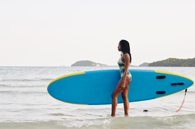 Supボードを持つift女性
