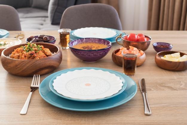 집에서 iftar 음식 테이블. 라마단 저녁 식사. 아랍 요리