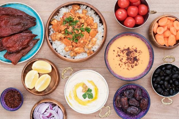 Iftar 음식 테이블. 라마단 저녁 식사. 아랍 요리