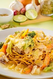 Ифуми - индонезийское хрустящее жареное блюдо из толстой лапши, популярное в приморской юго-восточной азии.