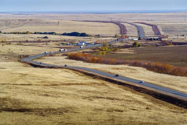 수확되지 않은 해바라기가 있는 들판을 지나가는 고속도로 러시아 연방 고속도로 orenburg samara