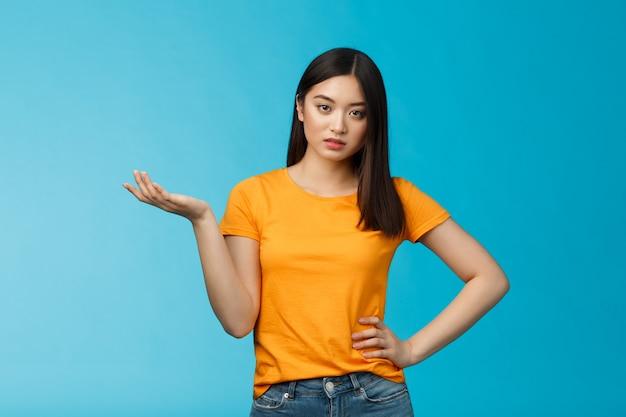 무식한 아시아 여성 고수준, 실망스러운 오만한 표정, 나쁜 서비스에 대해 불평하는 속물 행위, 완전한 불신앙을 들고, 넌센스를 참을 수 없으며, 짜증나는 파란색 배경