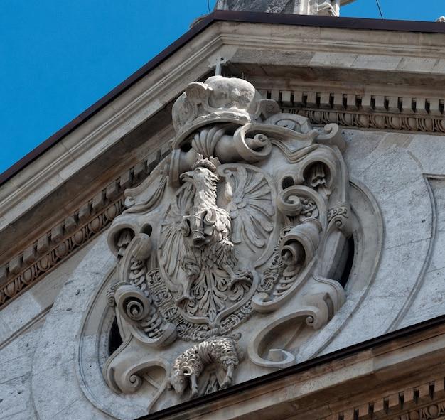 Королевский герб сигизмунда iii у церкви святых апостолов петра и павла в кракове