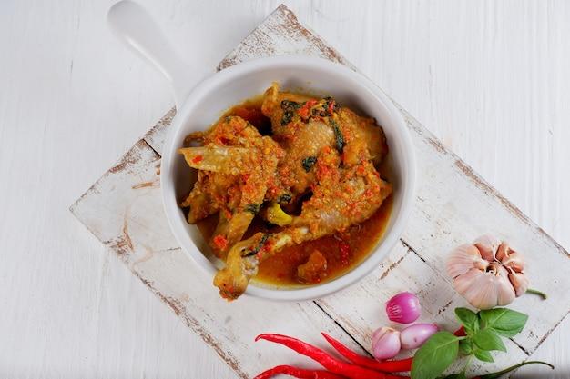 Традиционная индонезийская кухня айям воку - типичное блюдо провинции северный сулавеси в манадо.