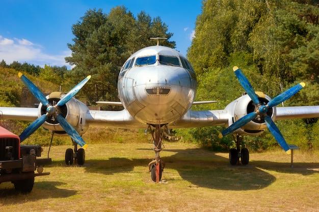 Il 14、古い飛行場の古いロシア軍のプロペラの飛行機