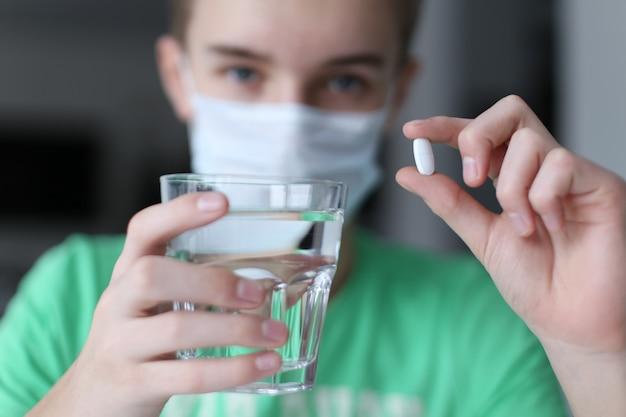 아픈 소년과 감기 약. 코로나 바이러스 중지