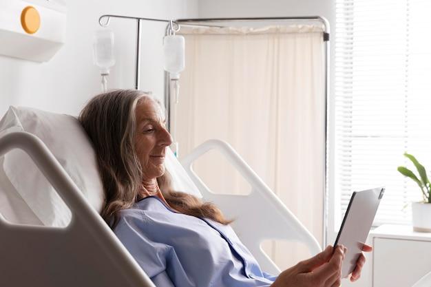 病院のベッドで病気の女性患者