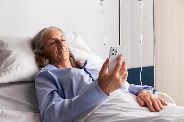 병원 침대에서 아픈 여성 환자