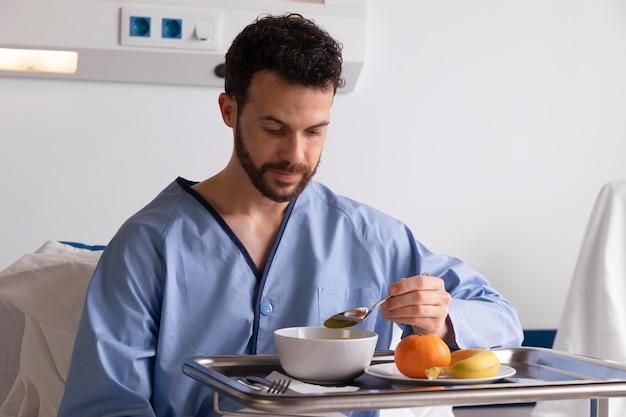 병원 침대에서 아픈 남성 환자
