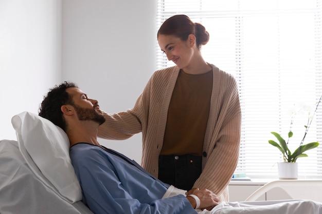 彼の妻と話している病気の患者