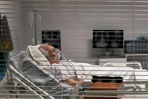 Uomo anziano malato che sta a letto