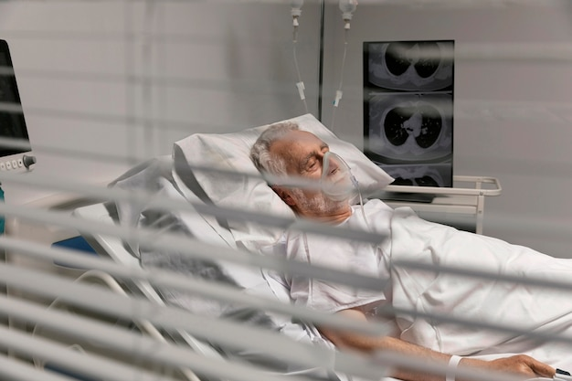 침대에 머물고 아픈 수석 남자